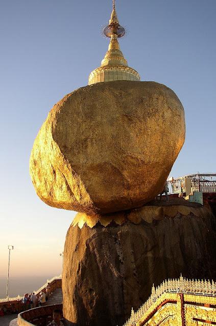 أكثر 10 صخور غريبه حول العالم Golden_Rock[3].jpg